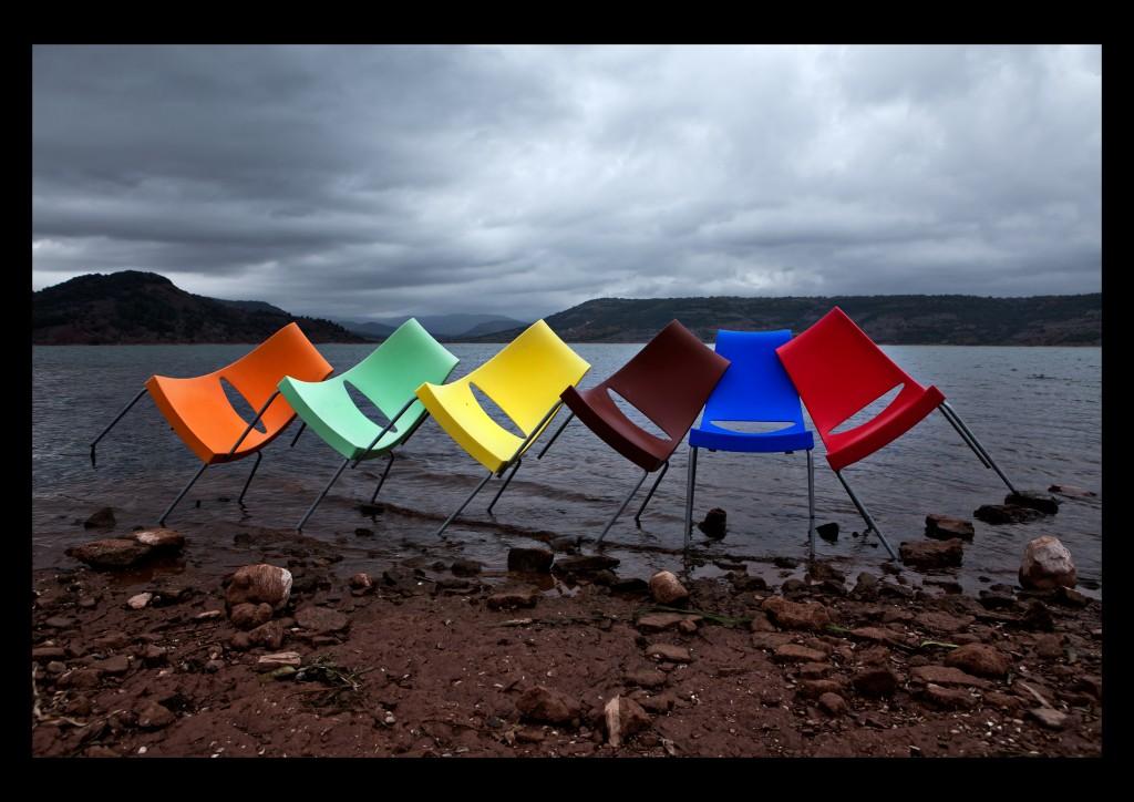 chaises colorées au bord d'un lac