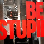 vitrine Be Stupid en rouge