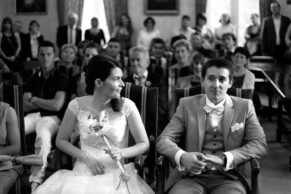 mariés famille et amis dans salle de mairie