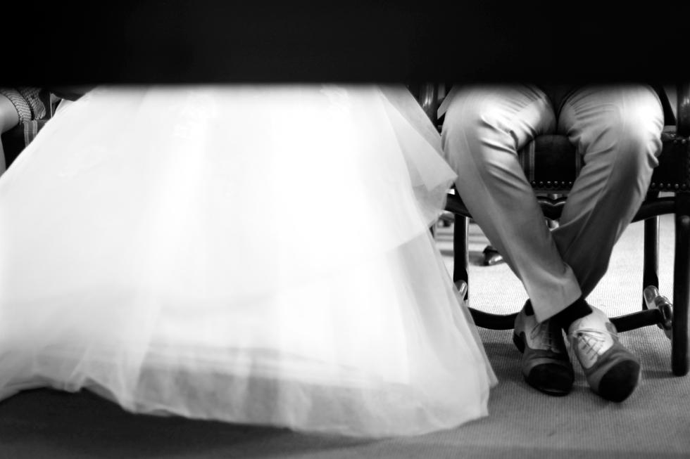 robe de la mariée et chaussures du marié
