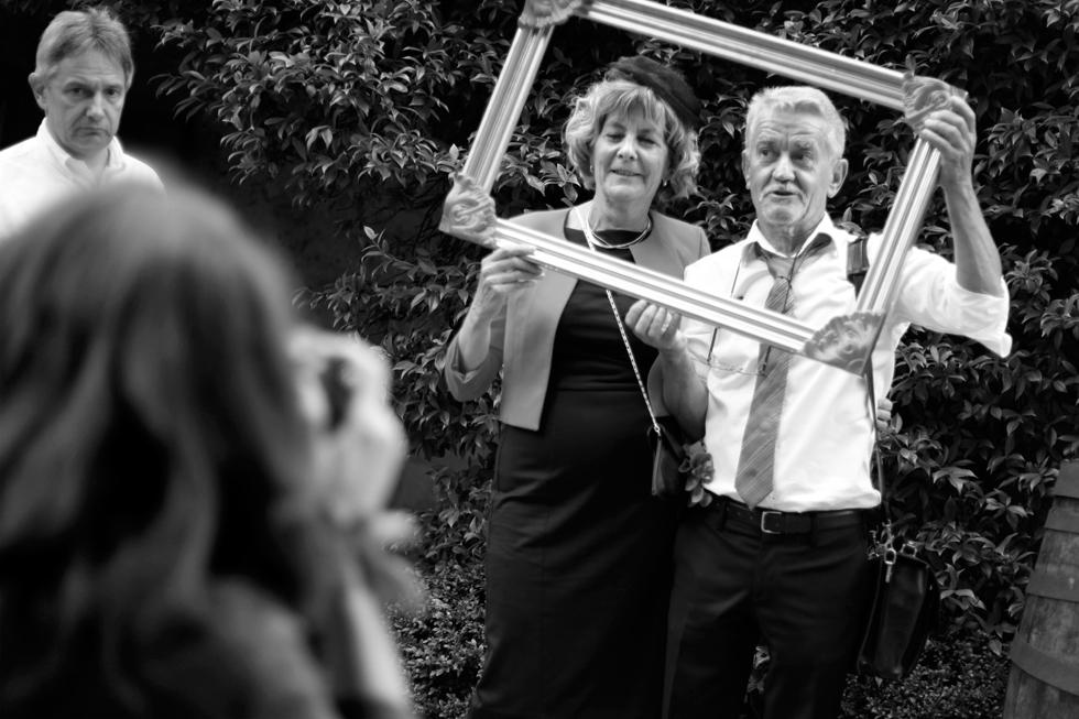 Mariage. Les invités se prêtant au jeu des photos. : .