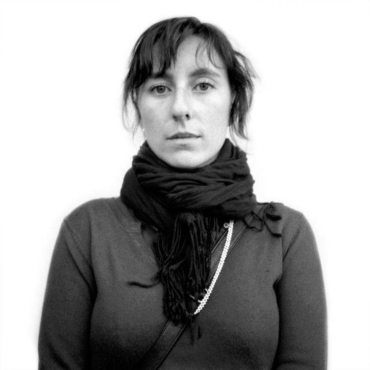 portrait noir et blanc jeune femme
