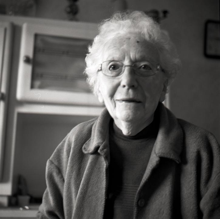 portrait d'une grand mère en noir et blanc