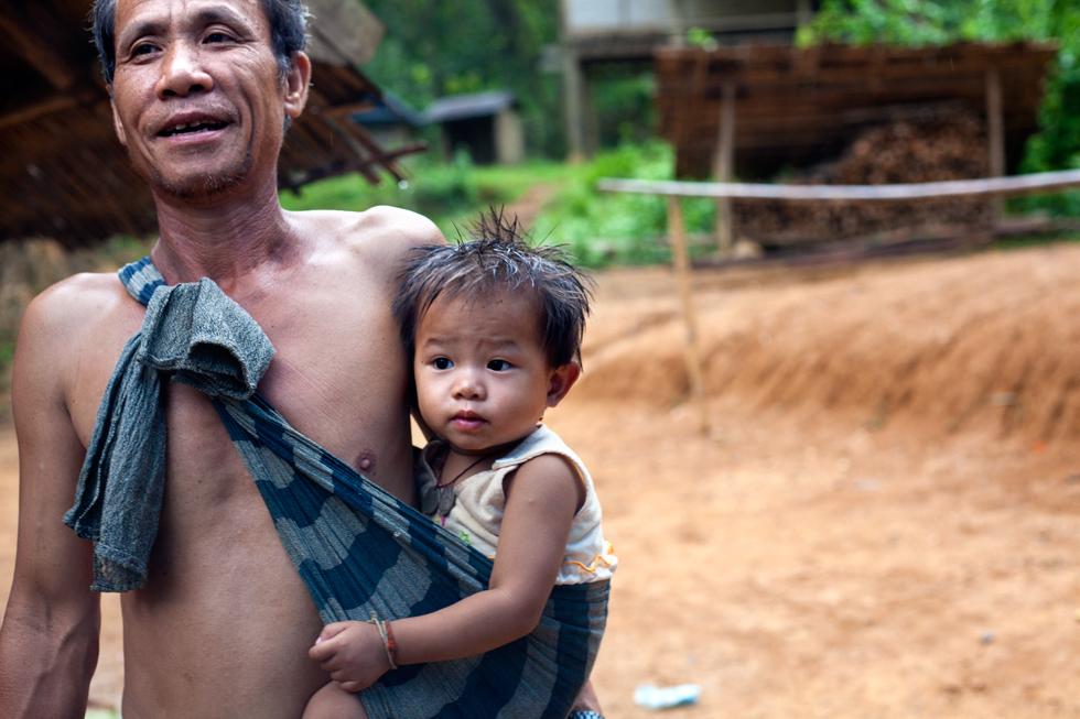 Grand père et son petit fils près de Mong Noi Laos : .