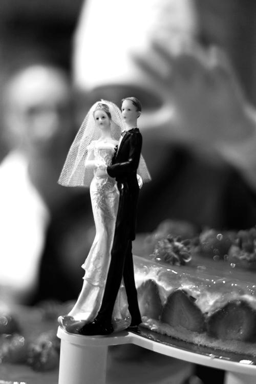 mariés en plastique sur gateau de mariage