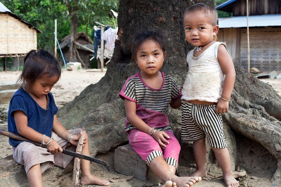Jeunes enfants dans un village près de Nong Khiaw Laos : .
