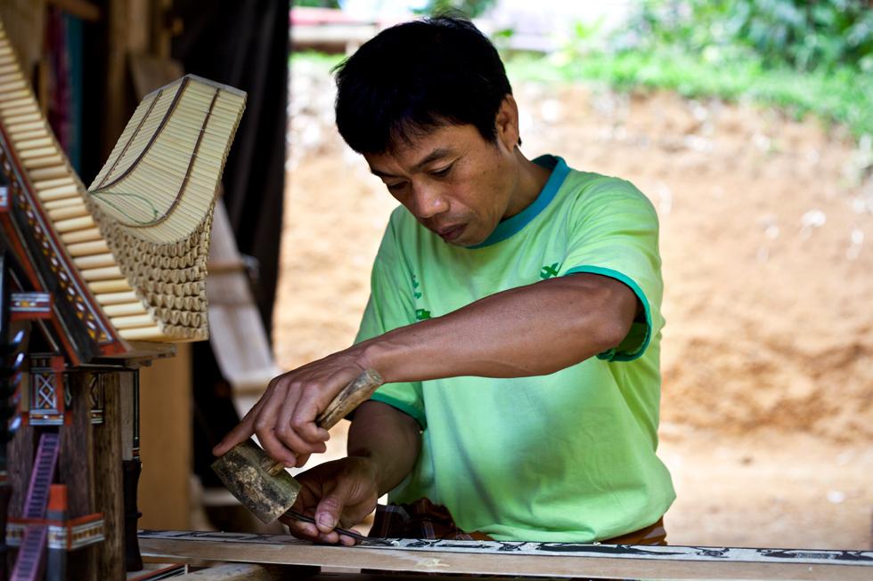 Artisant au travail, Rantepao Tana Toraja, Sulawesi en Indonésie : .