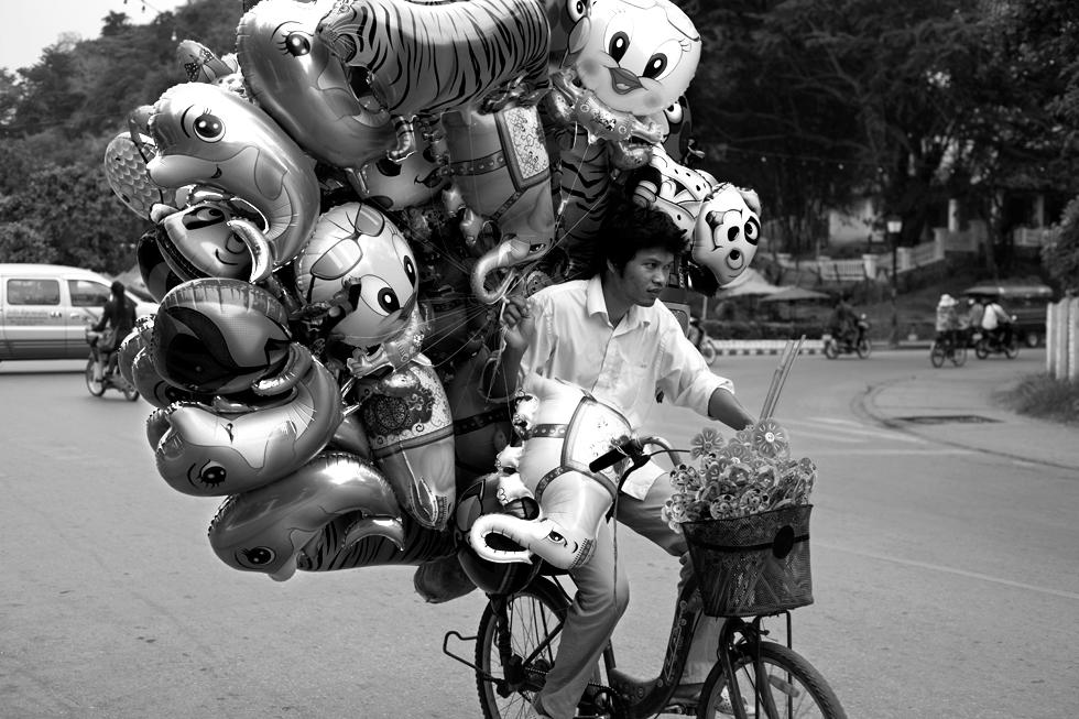 vendeur de ballon a vélo luang prabang laos