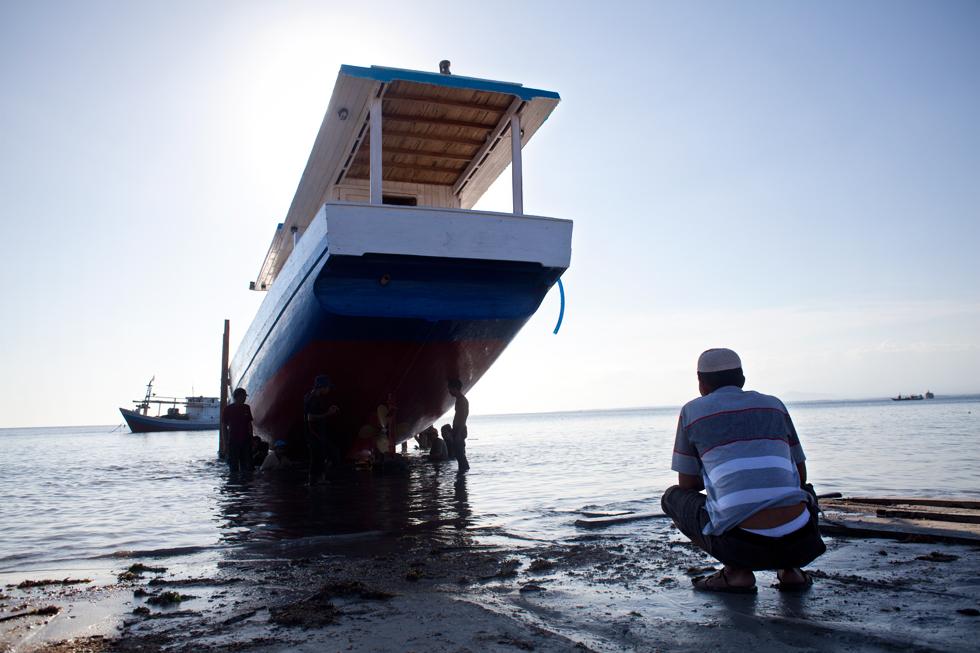 Mise à l'eau d'une pinasse à Bira, Sulawesi Indonésie : .