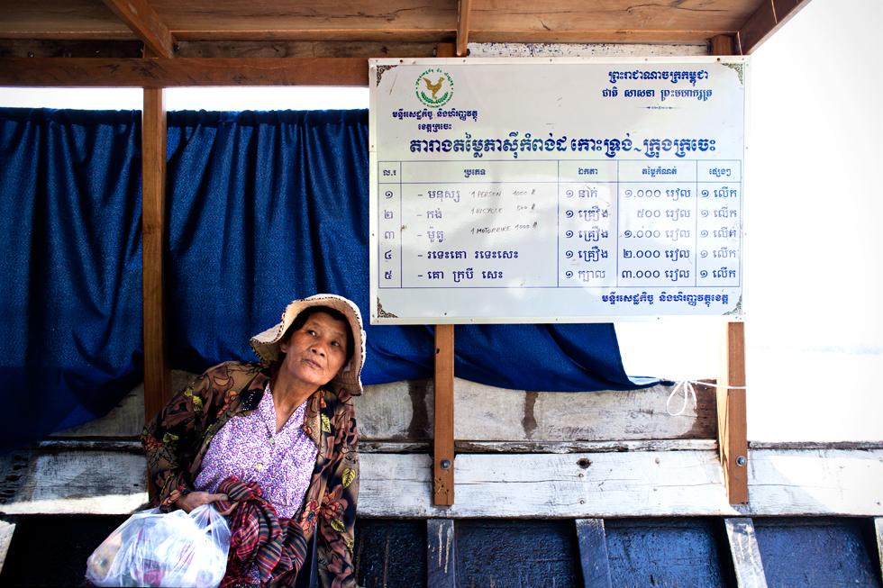 Passagère sur le bateau pour Koh Trong Island, Kratie au Cambodge : .