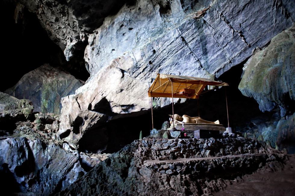 bouddha dans une grotte a vang vien au laos