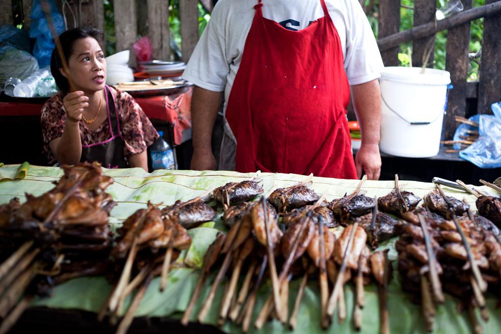 vendeurs de brochettes luang prabang laos