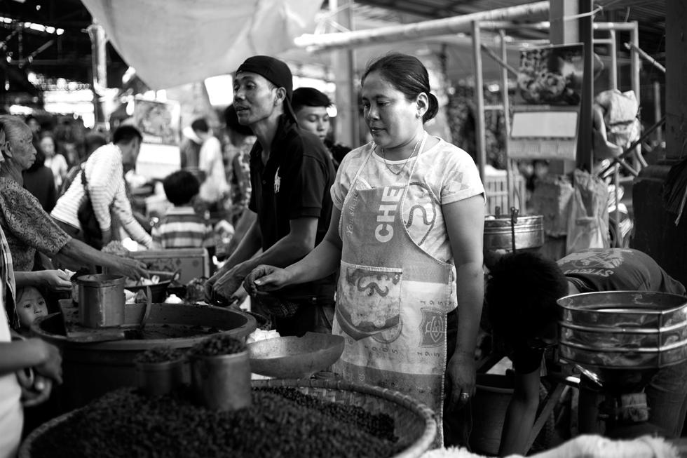 Marchands de café au marché de Rantepao, Sulawesi Indonésie : .