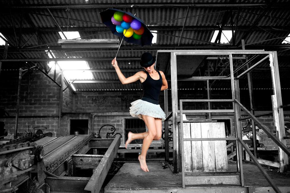 danseuse avec ballon et parapluie dans usine désaffecté