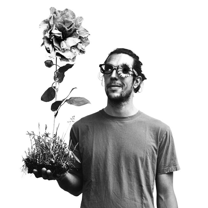 homme avec une fleur géante dans la main