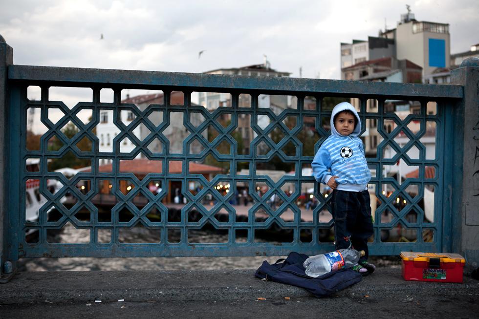 enfant sur un pont istanbul
