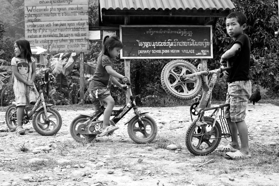 enfants avec des vélo vang vien laos