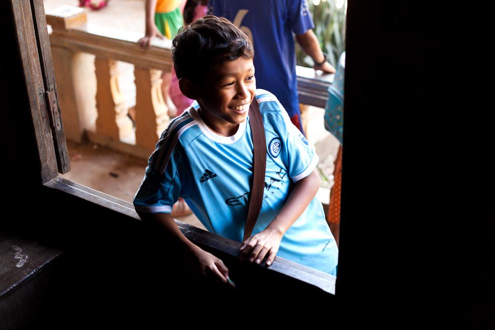 Jeune écolier sur l'île de Koh Trong au Cambodge : .