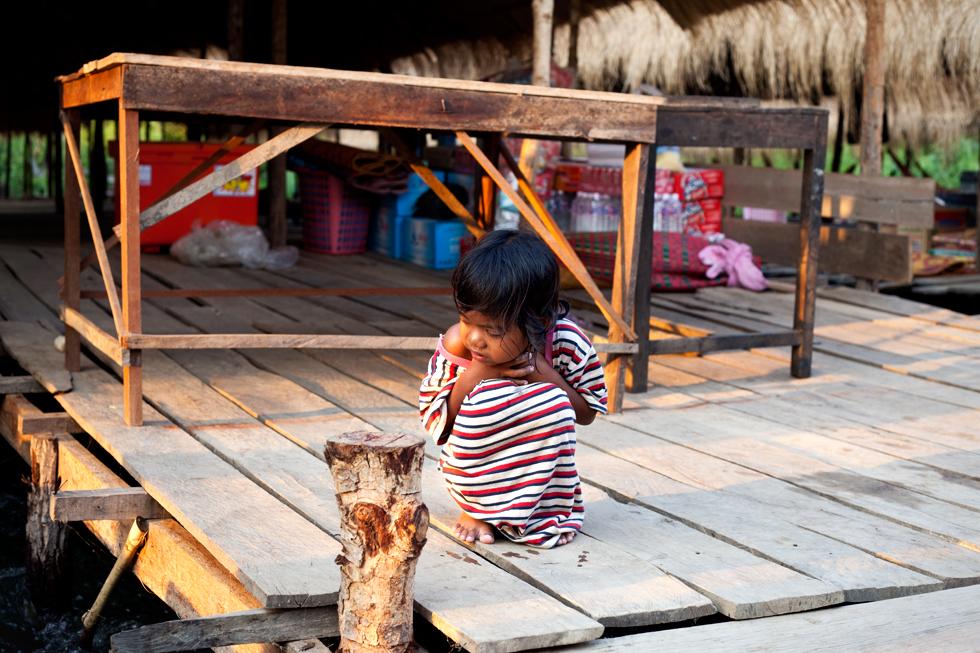 Jeune khmer au village flottant de Kompi, Cambodge : .