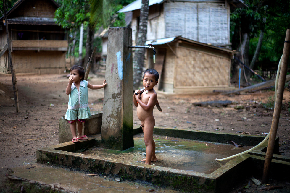 jeunes enfants près d'une fontaine laos