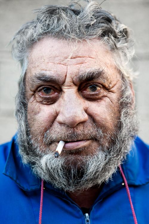 portrait senior avec cigarette