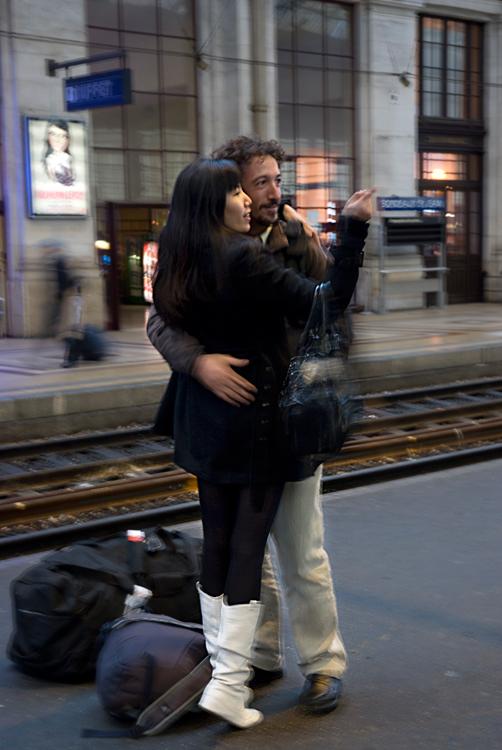 Couple sur quai de gare : .