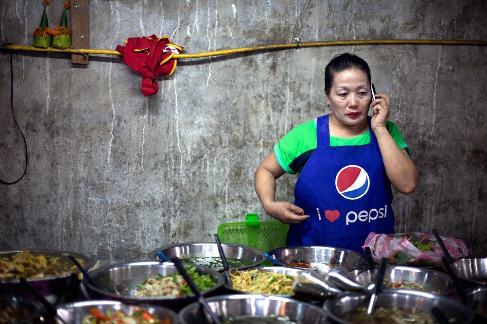 cuisinière au téléphone luang prabang laos