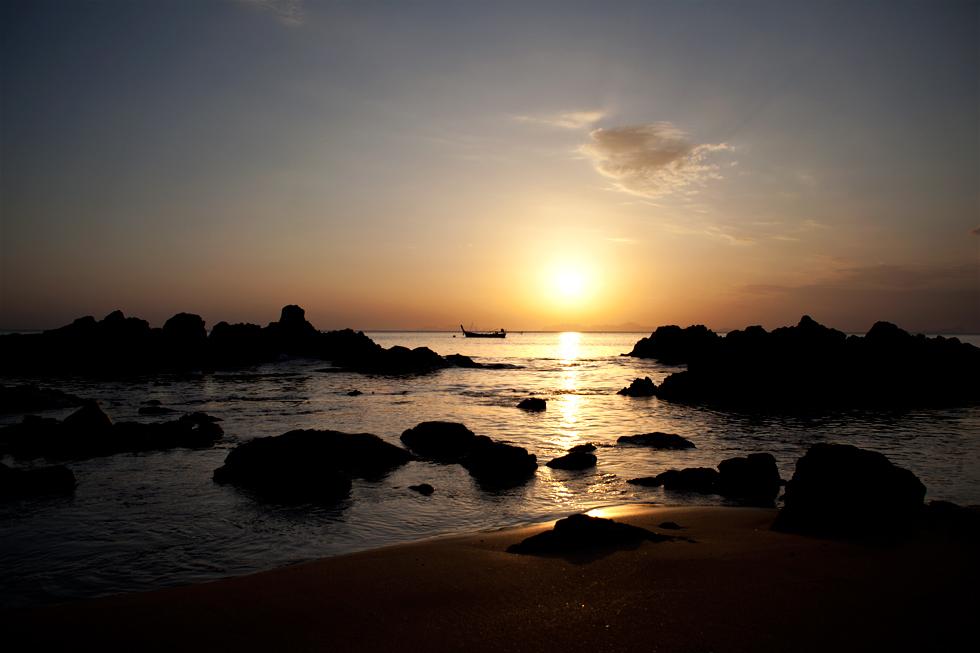 Coucher de soleil sur l'île de Koh Jum, Thailande : .