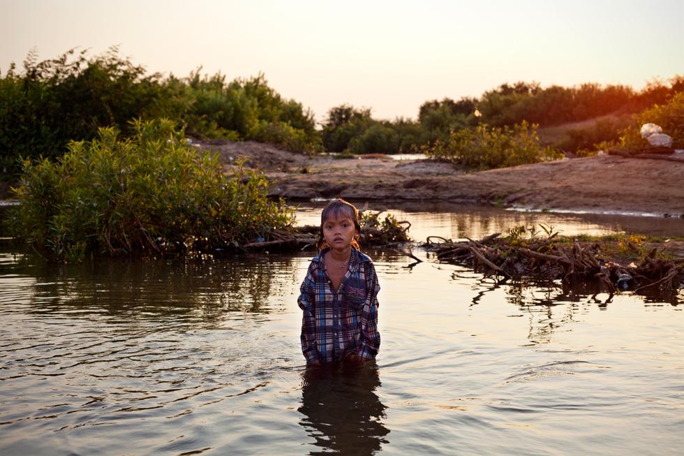Jeune fille dans le Mékong à Kompi, Cambodge : .