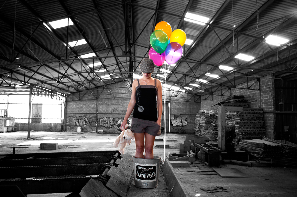 jeune fille dans bassine avec ballon et nounous dans usine désaffecté