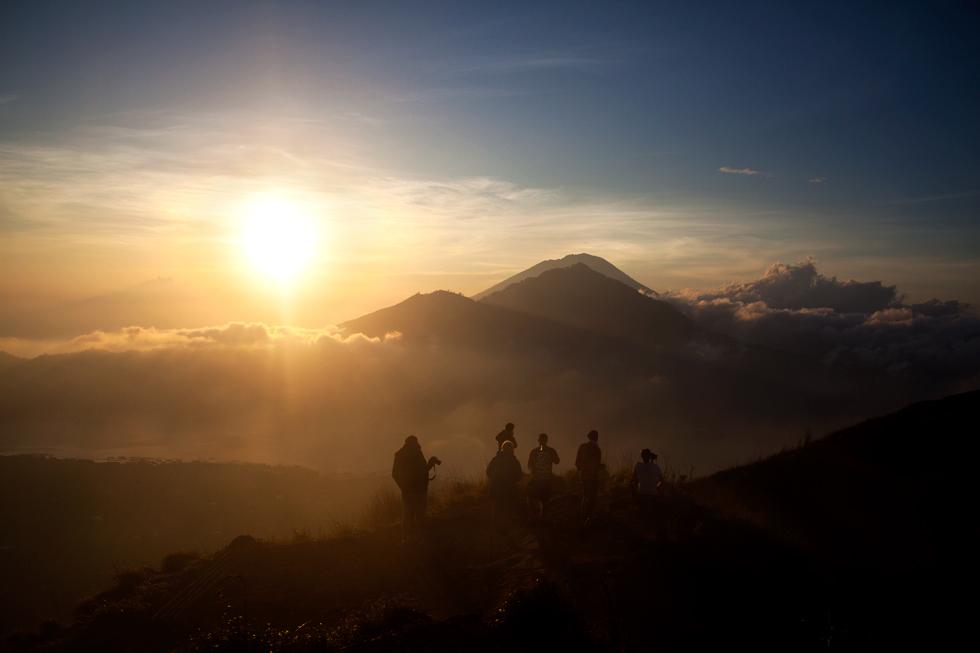 Levé de soleil en haut du Mont Batur, Bali Indonésie : .