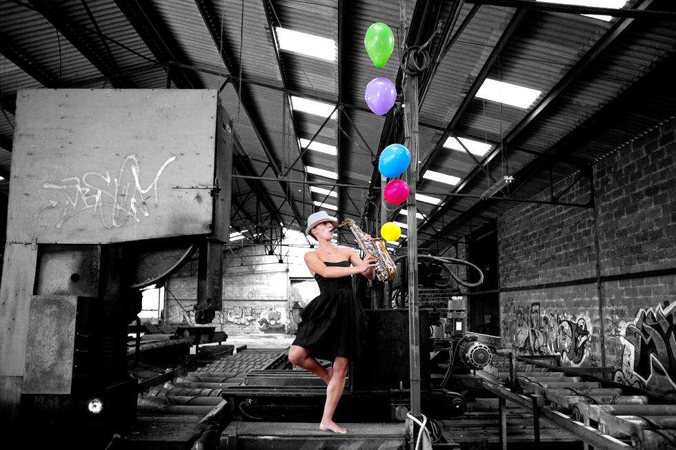 saxophoniste avec ballon dans usine désaffecté