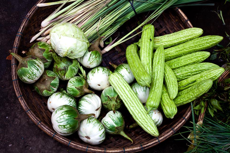 Panier de légumes au marché de Kratie, Cambodge : .
