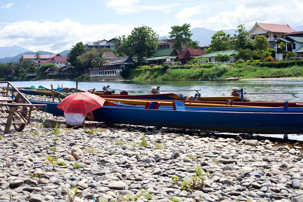 pirogues sur les bord de la Nam Ou Vang Vien Laos