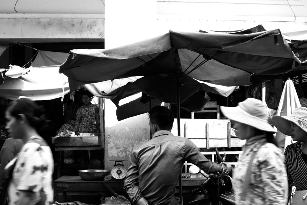 Passants au marché de Kratie, Cambodge : .