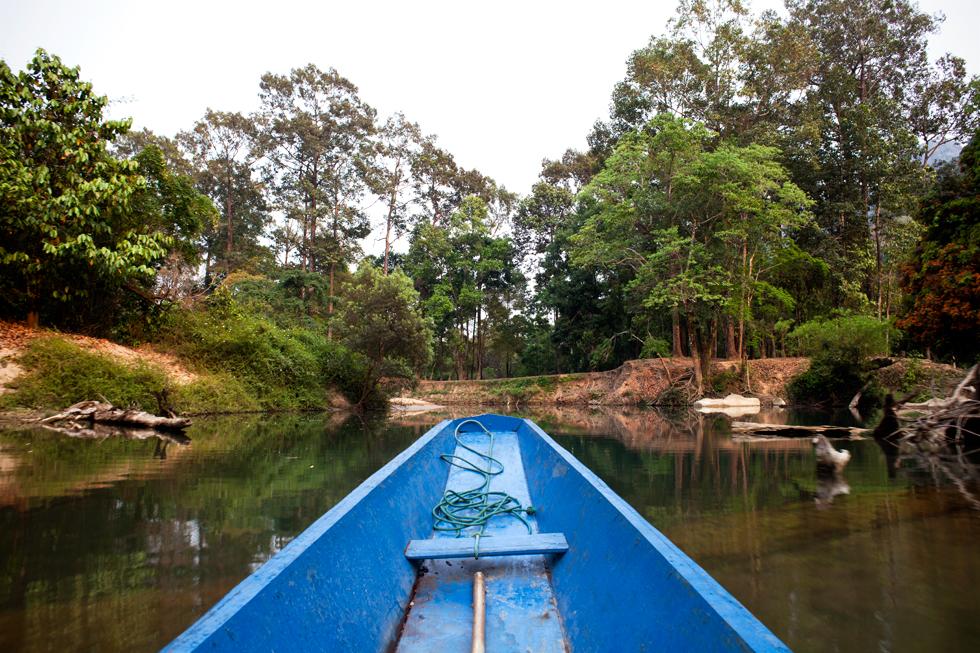 Pirogue à la grotte de Konglor, Laos : .