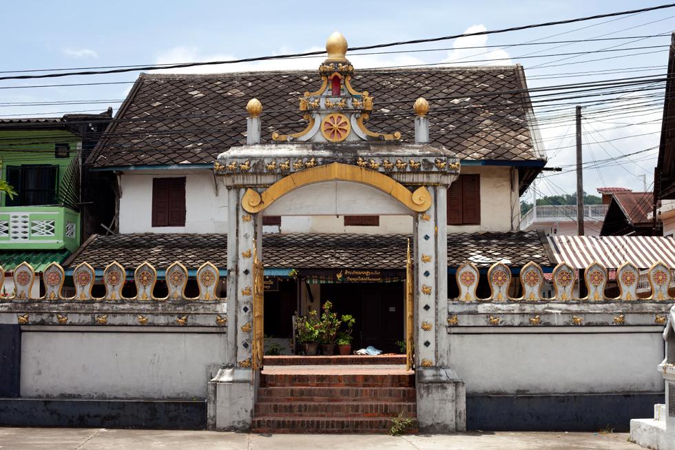 Entrée d'un temple à Lang Prabang Laos : .