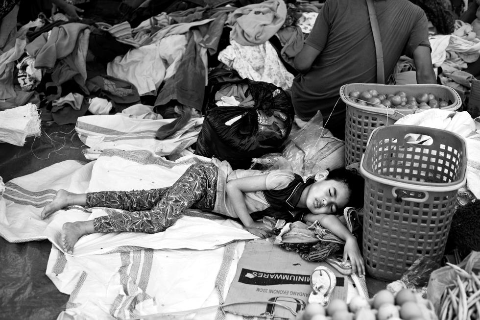 Jeune fille endormie au marché de Rantepao, Sulawesi Indonésie : .