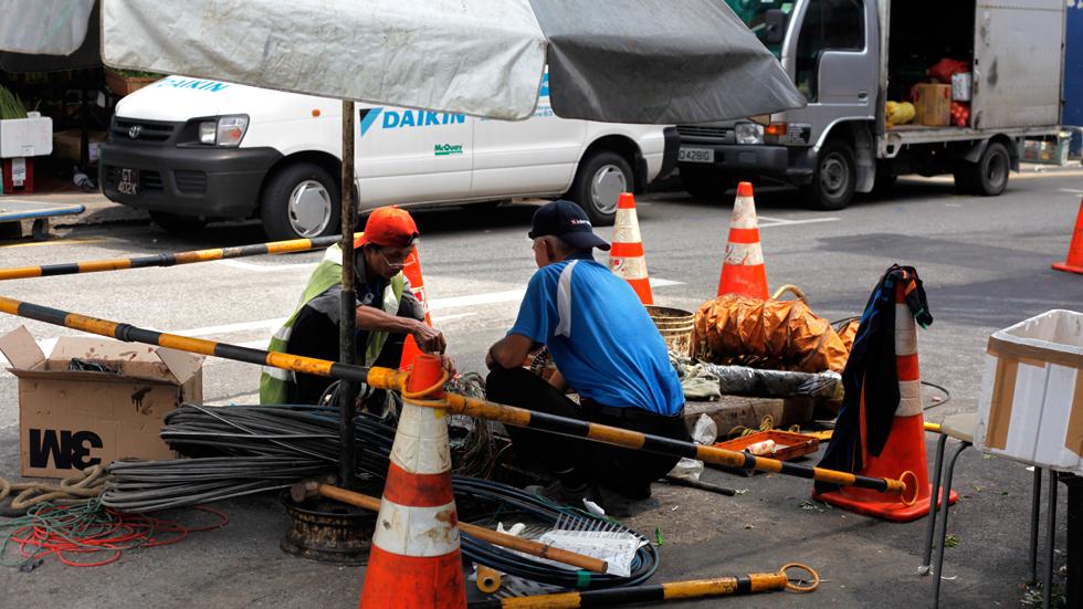 Ouvriers au travail à Singapour : .