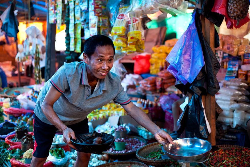 Vendeur de fruits au marché de Rantepao Tana Toraja, Sulawesi en Indonésie : .