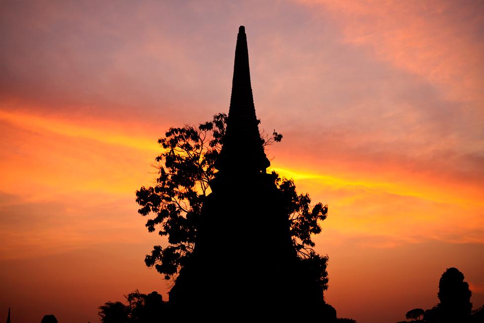 Coucher de soleil sur les ruines d'un temple à Ayutthaya, Thailande : .
