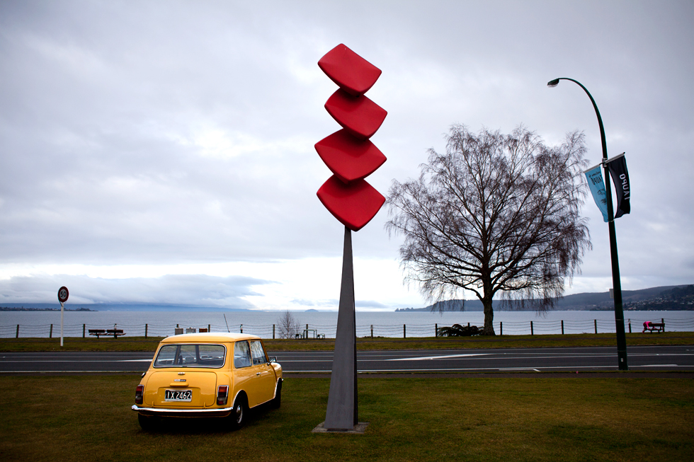 Voiture de collection face au lac de Taupo, New Zealand : .