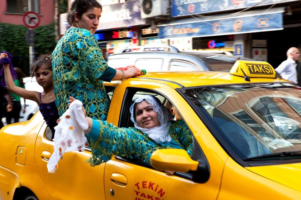 femmes agitant un mouchoir blanc dans un taxi istanbul