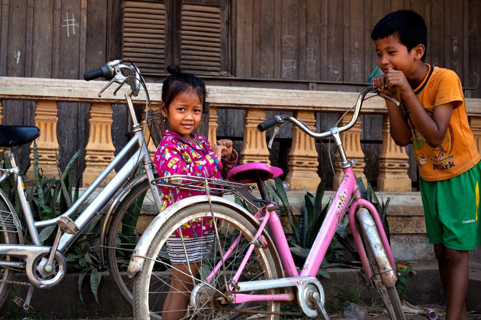 Jeunes écoliers à vélos sur l'île de Koh Trong, Cambodge : .