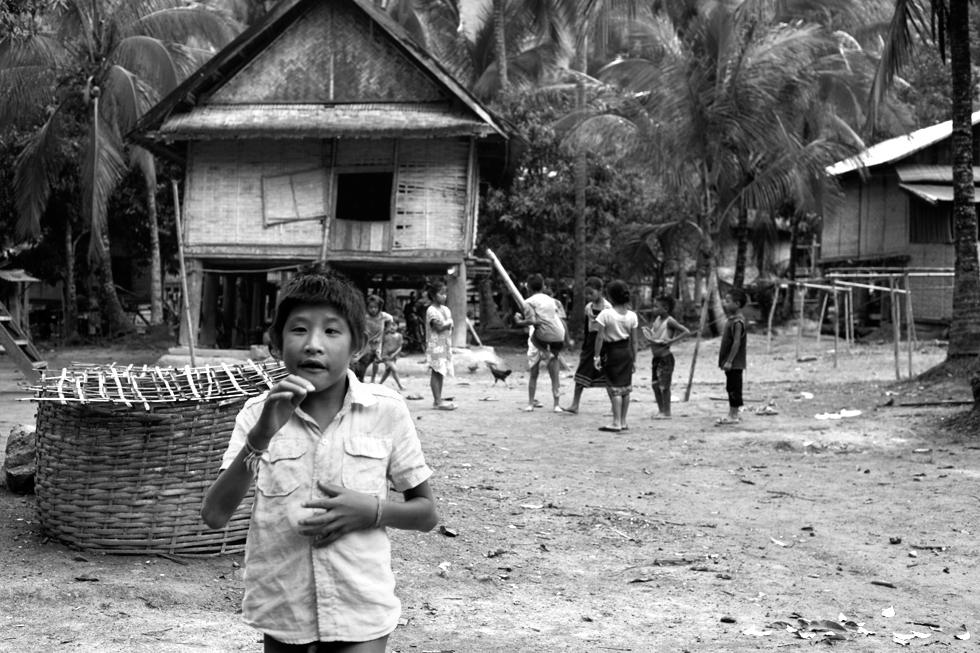 jeunes enfants dans un village laos
